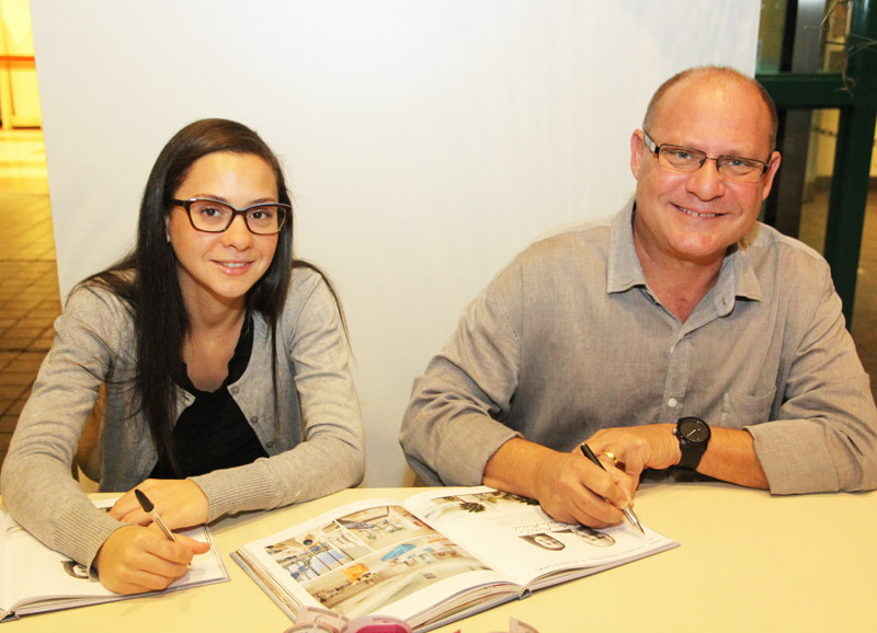 Marcela e Carlos Pardal concedem autógrafos